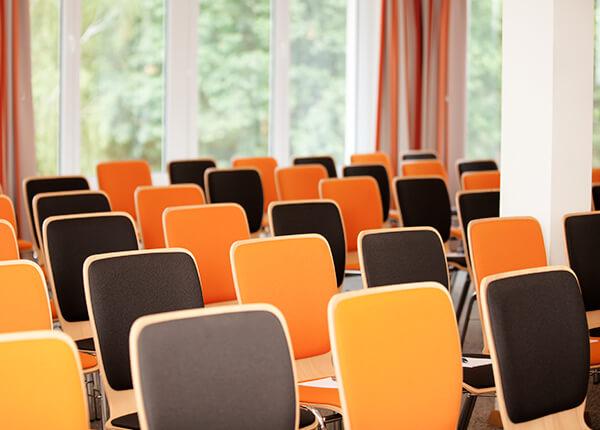 Stühle im Tagungsraum