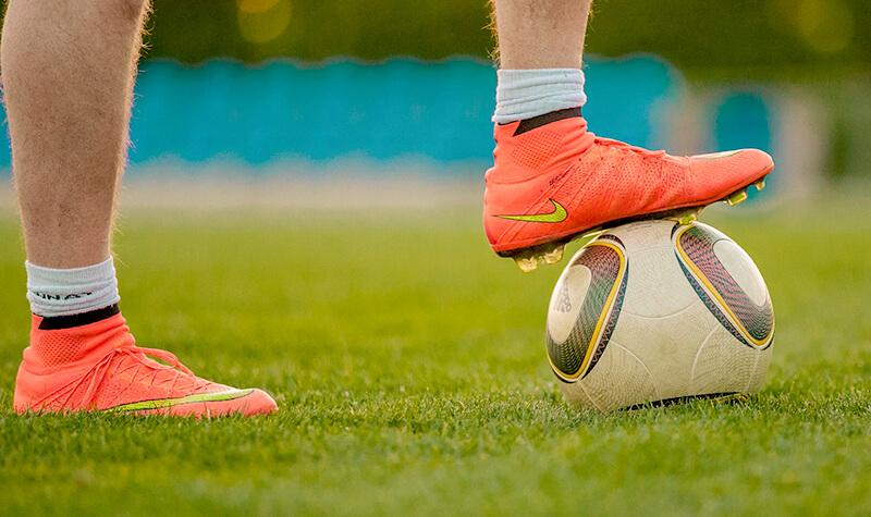Fußballspieler mit Fußball