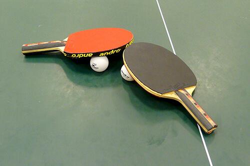 Tischtennisschläger auf Tischtennisplatte