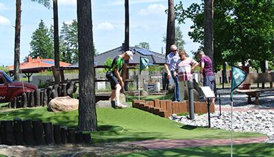 Gruppe Erwachsener spielt Adventure Golf