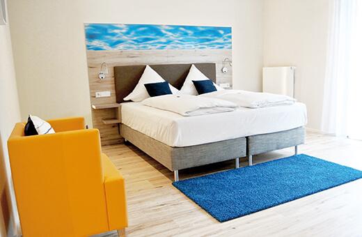 Hotelzimmer mit Doppelbett im Komfort Hotel