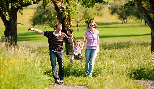 Familie beim Spaziergang durch die Heide
