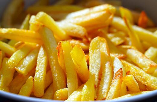Goldene Pommes Frites vom Imbiss