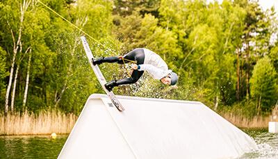 Wakeboarder slidet über Obstacle